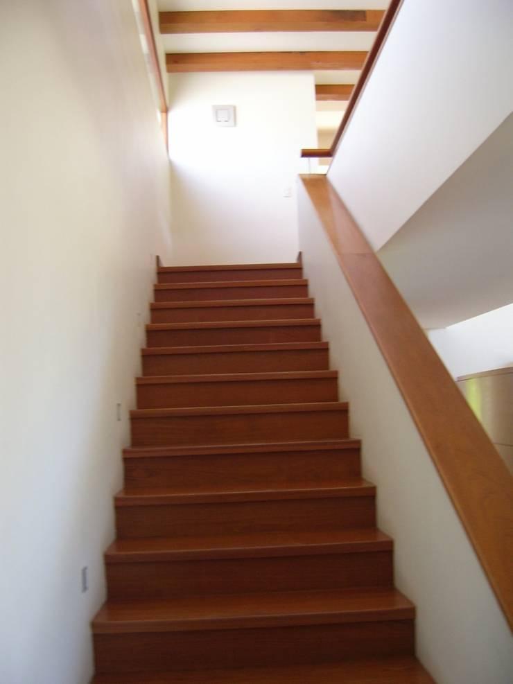 CASA MASAY: Escaleras de estilo  por AOG