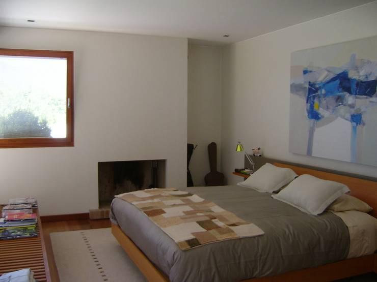 CASA MASAY: Dormitorios de estilo  por AOG