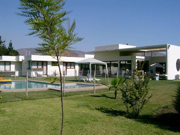 CASA CERDA: Casas de estilo  por AOG
