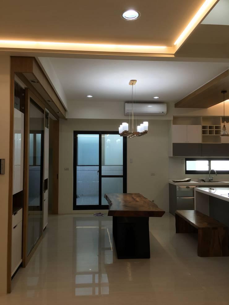開放式廚房與餐廳:  餐廳 by houseda
