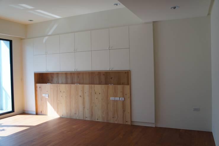 主臥室床頭收納櫃:  臥室 by houseda