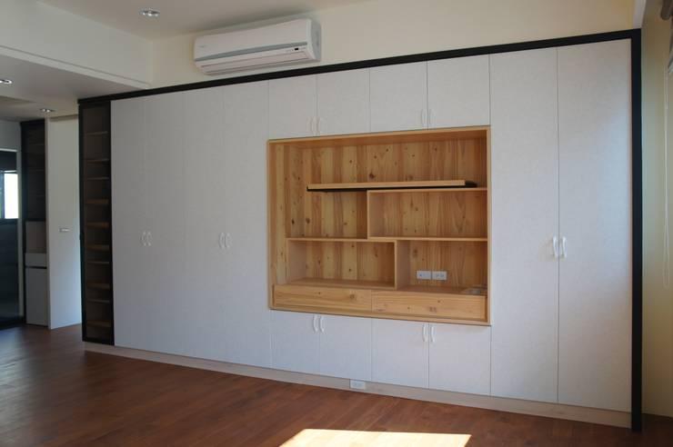 主臥室展示櫃及衣櫃:  臥室 by houseda