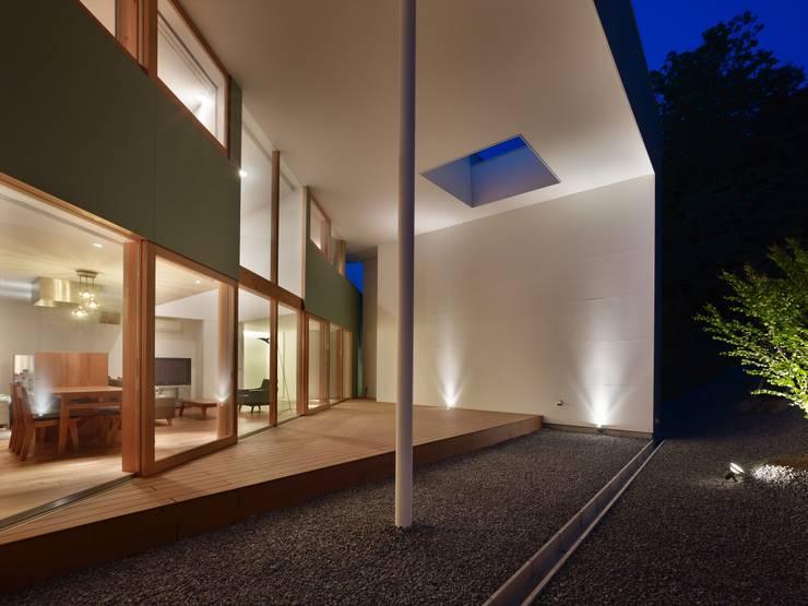 デッキと屋根の外観: 藤原・室 建築設計事務所が手掛けたリゾートハウスです。