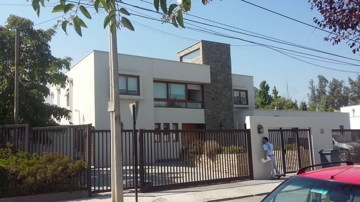CASA TRONCOSO: Casas unifamiliares de estilo  por AOG