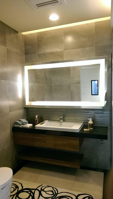 主臥浴室鏡櫃:  浴室 by houseda
