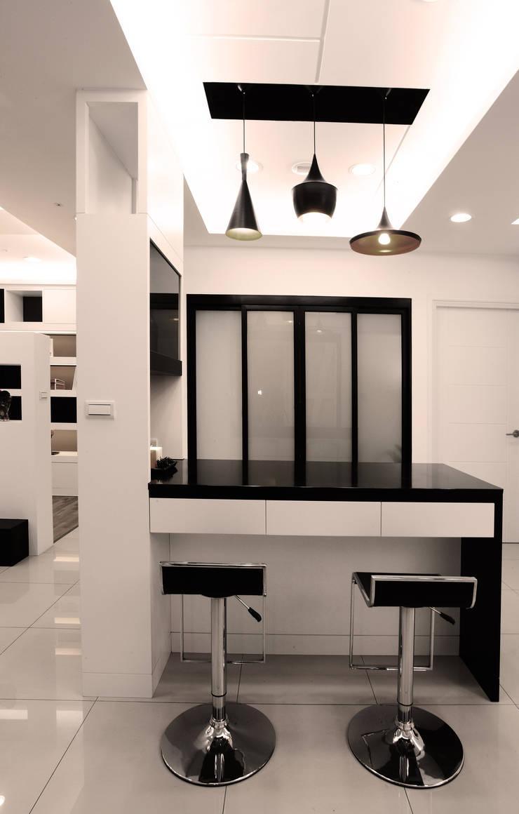 Modern dining room by 力豪設計 Modern