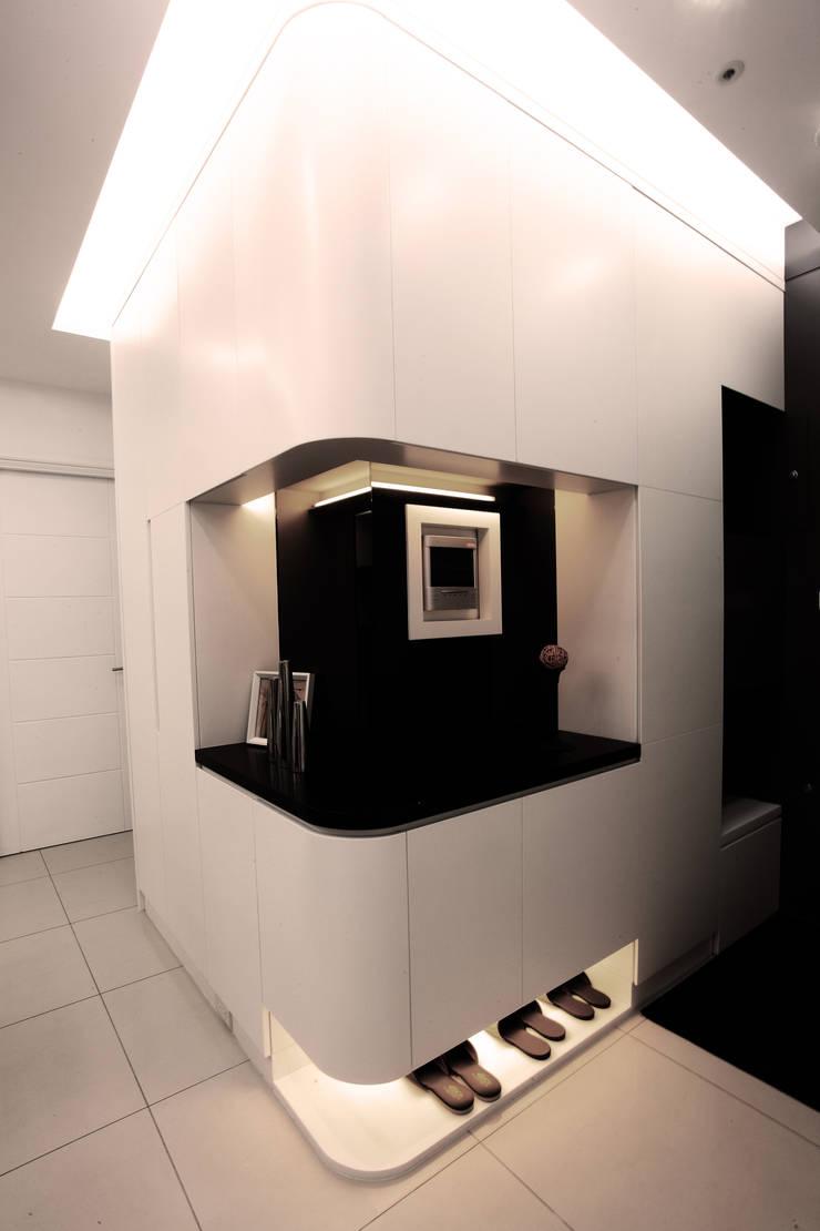 Modern Corridor, Hallway and Staircase by 力豪設計 Modern