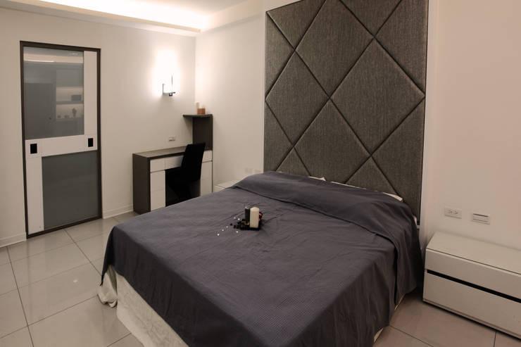 Dormitorios de estilo  de 力豪設計, Moderno
