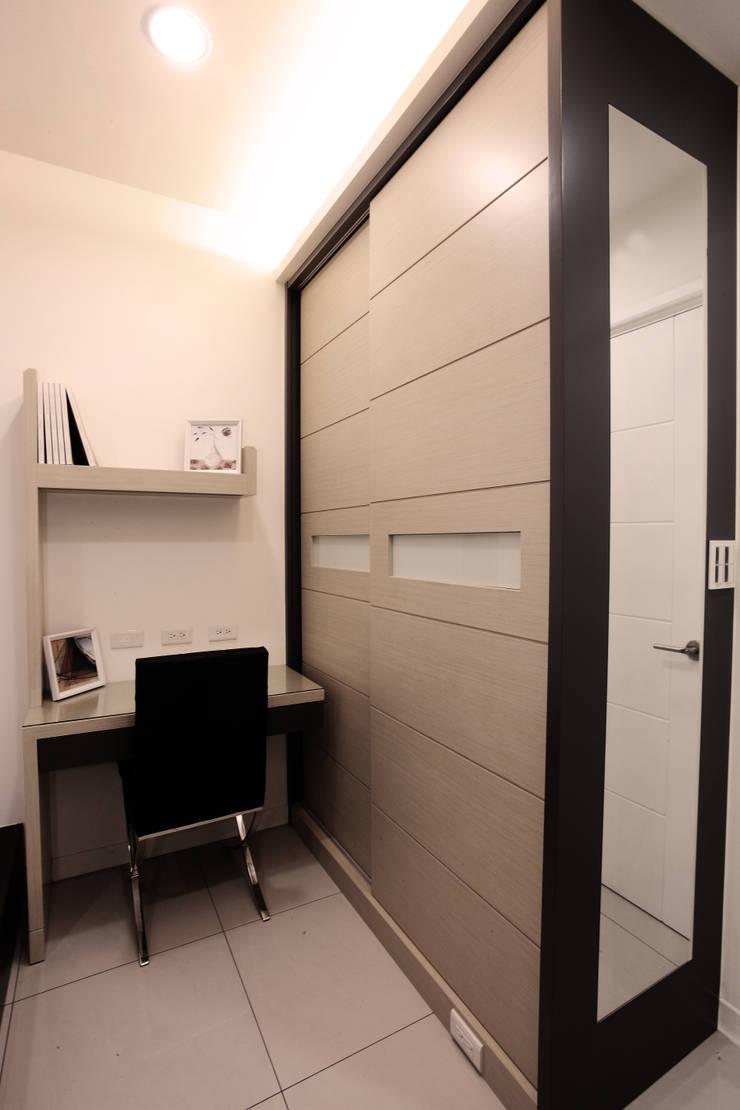 モダンスタイルの寝室 の 力豪設計 モダン