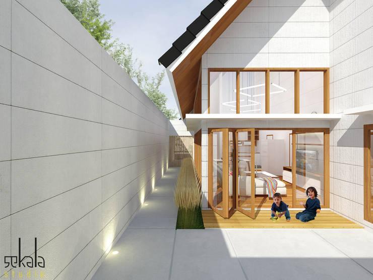 Rumah Ibu Siska:  Halaman depan by SEKALA Studio