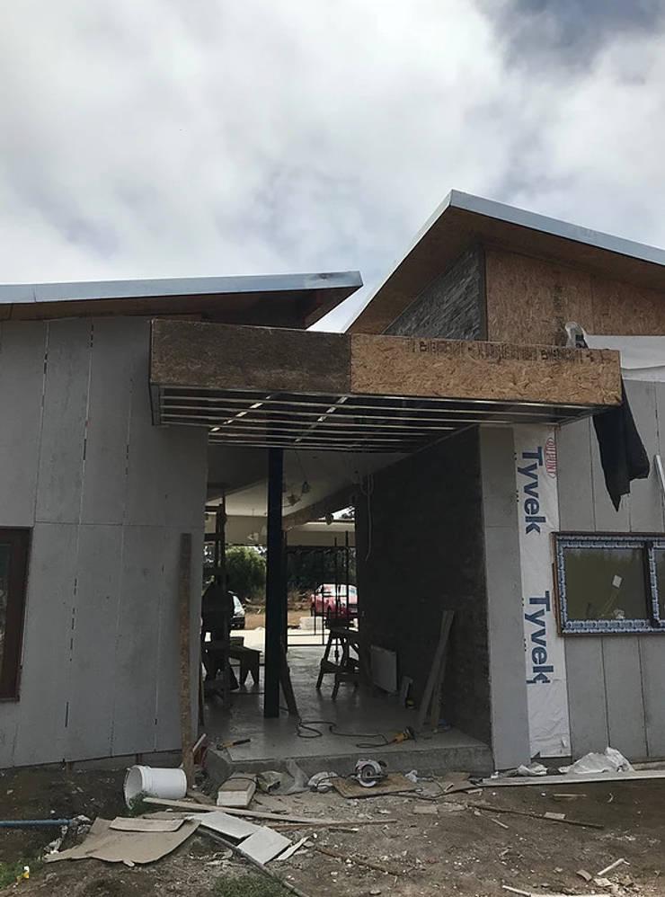Acceso principal en construcción: Casas unifamiliares de estilo  por ARquitectura