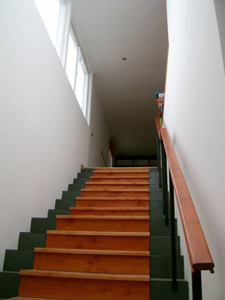 CASA BELMAR: Escaleras de estilo  por AOG