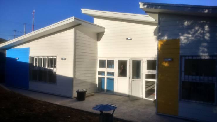 JARDÍN INFANTIL Y SALA CUNA MANITOS CREANDO: Cabañas de estilo  por Nomade Arquitectura y Construcción spa