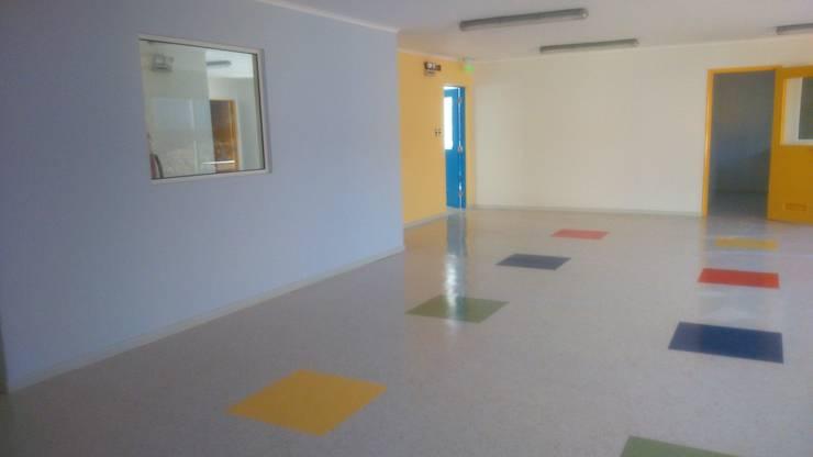 JARDÍN INFANTIL Y SALA CUNA MANITOS CREANDO: Dormitorios de niños de estilo  por Nomade Arquitectura y Construcción spa