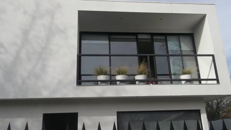 CASA  VALDIVIA: Casas unifamiliares de estilo  por AOG