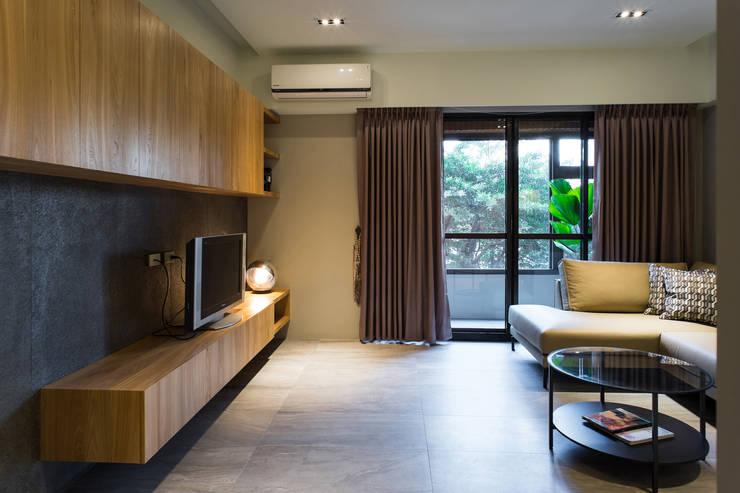 自然簡約-老宅大改造:  客廳 by 果仁室內裝修設計有限公司