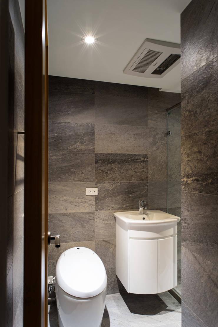 浴室:  浴室 by 果仁室內裝修設計有限公司