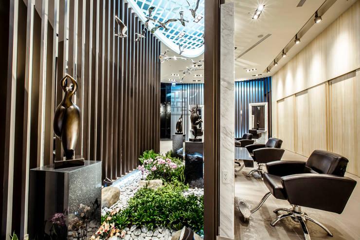 全方位髮藝旗艦店All Aspect Hair Design:  辦公空間與店舖 by 沐築空間設計