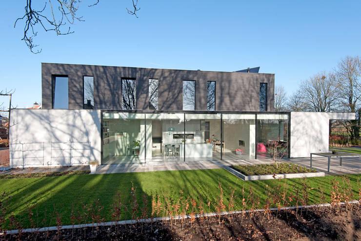 Moderne kubistische woning Twello:  Eengezinswoning door Architectuur Studio Wezenberg BV