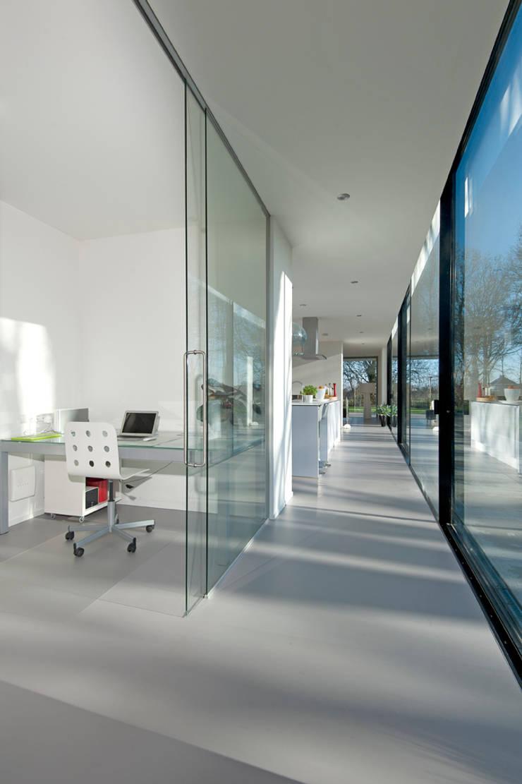 Moderne kubistische woning Twello:  Gang en hal door Architectuur Studio Wezenberg BV