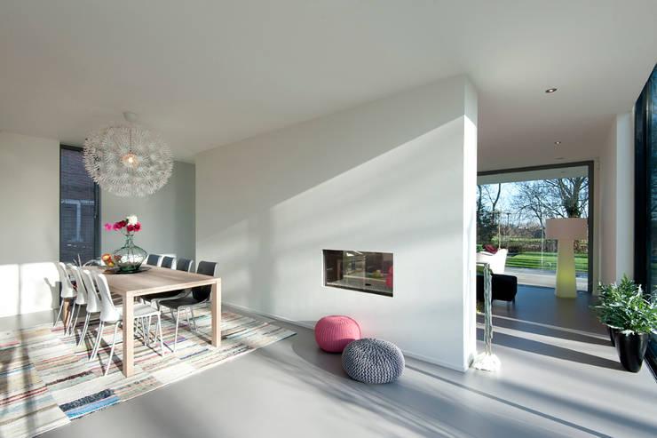 Moderne kubistische woning Twello:  Eetkamer door Architectuur Studio Wezenberg BV