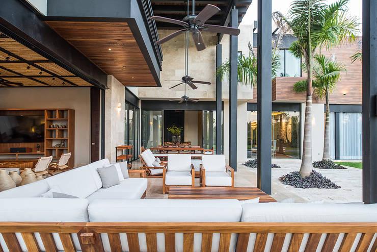 CASA 261: Terrazas de estilo  por Chehade Carter Diseño Interior