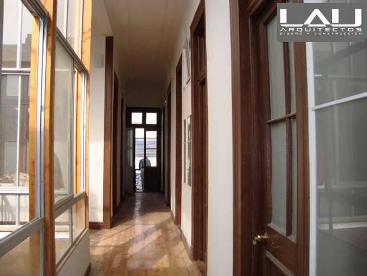 Loft Playa Ancha: Pasillos y hall de entrada de estilo  por Lau Arquitectos