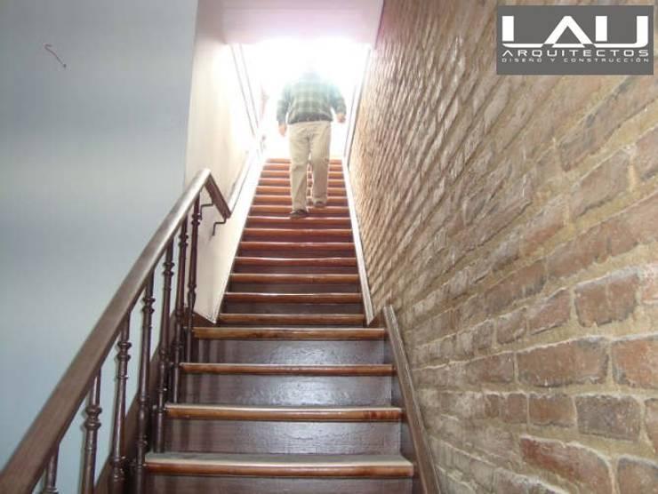 Loft Playa Ancha: Escaleras de estilo  por Lau Arquitectos