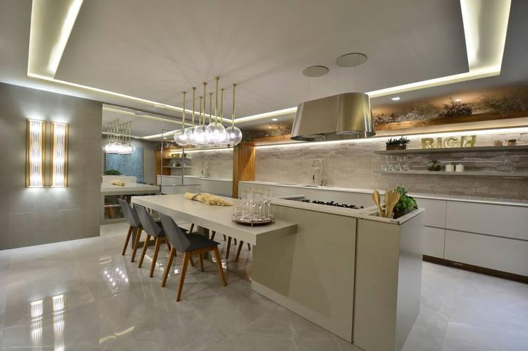 COZINHA & ESTILO : Cozinhas embutidas  por Motta Viegas arquitetura + design