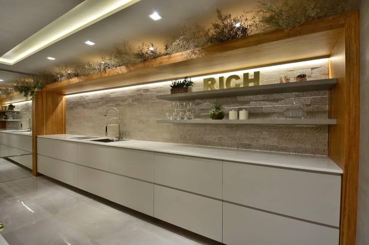 COZINHA LEVE : Armários e bancadas de cozinha  por Motta Viegas arquitetura + design