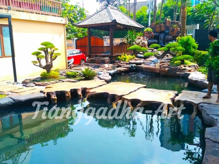 Kolam ikan koi:  Kolam taman by Tukang Taman Surabaya - Tianggadha-art