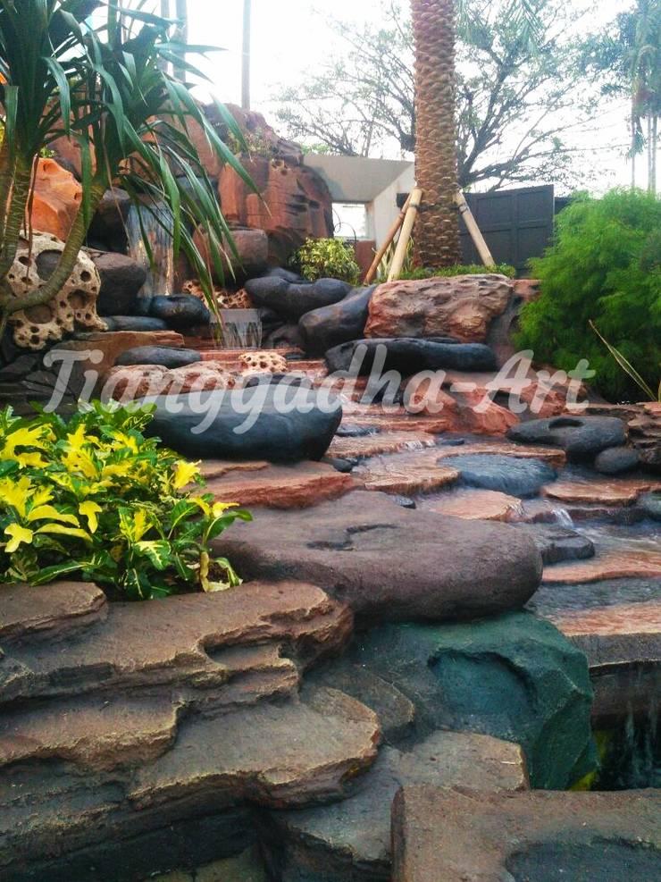Tebing dekorasi sebagai sirkulasi air:  Kolam taman by Tukang Taman Surabaya - Tianggadha-art