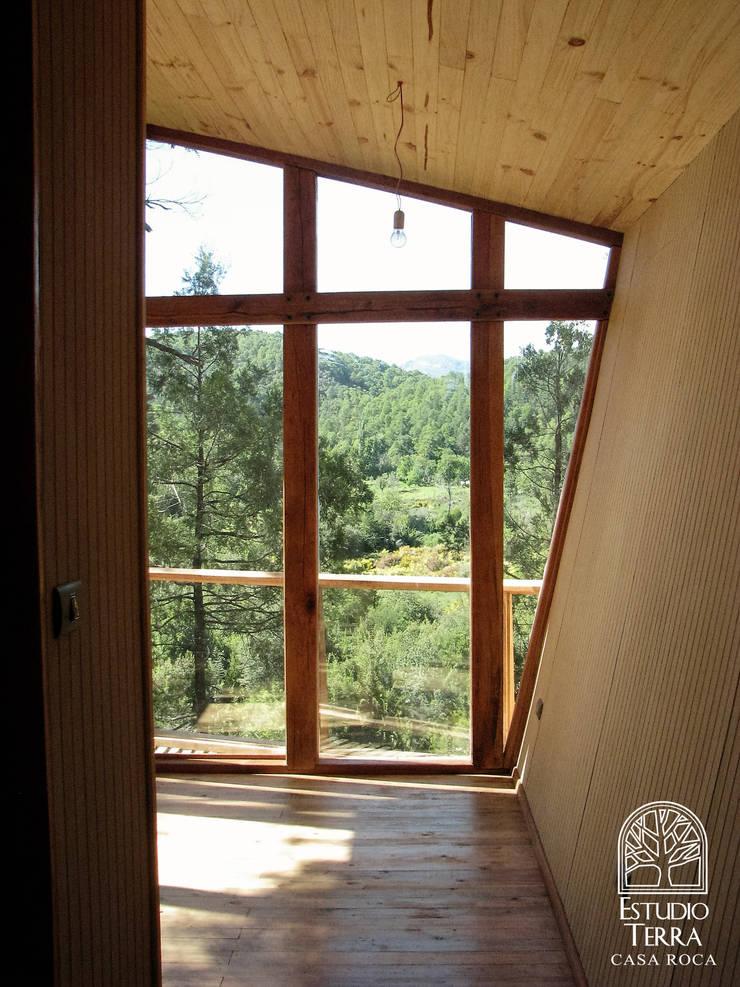 Casa Roca: Dormitorios de estilo  por Estudio Terra Arquitectura & Patrimonio