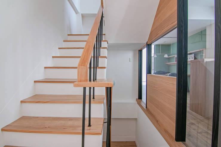 Escaleras de estilo  por 拓雅室內裝修有限公司