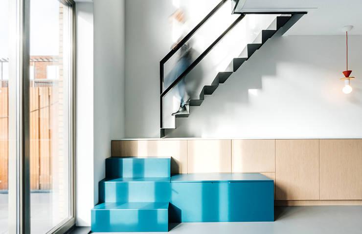 INTERIEUR ONTWERP   ROTTERDAM:  Woonkamer door Studio Kustlijn Architecten , Scandinavisch Multiplex