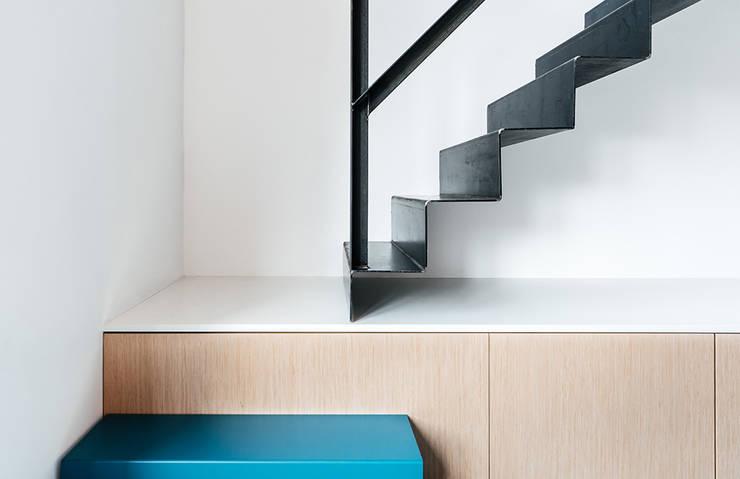INTERIEUR ONTWERP   ROTTERDAM:  Trap door Studio Kustlijn Architecten , Scandinavisch