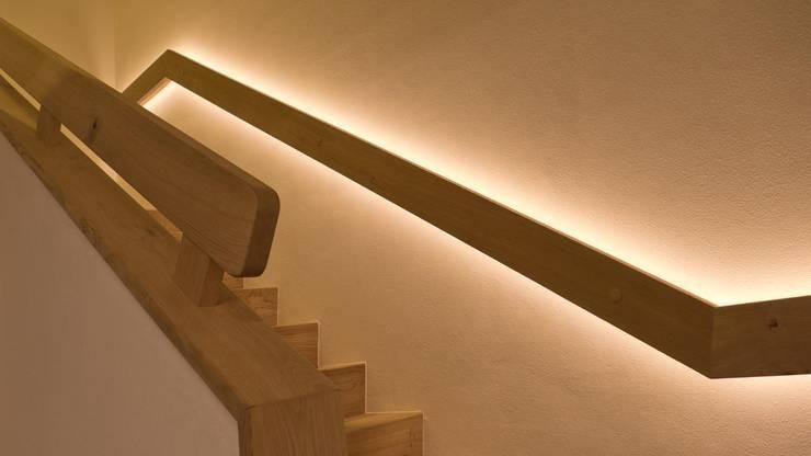 TREPPEN STIEGE HOLZTREPPE HANDLAUF DESIGN LED EINFAMILIENHAUS SALZBURG:  Treppe von ADLHART Architekten,Modern