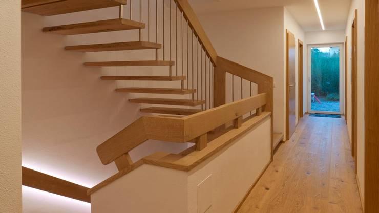 TREPPE STIEGE HOLZTREPPE EINFAMILIENHAUS SALZBURG:  Treppe von ADLHART Architekten,Modern