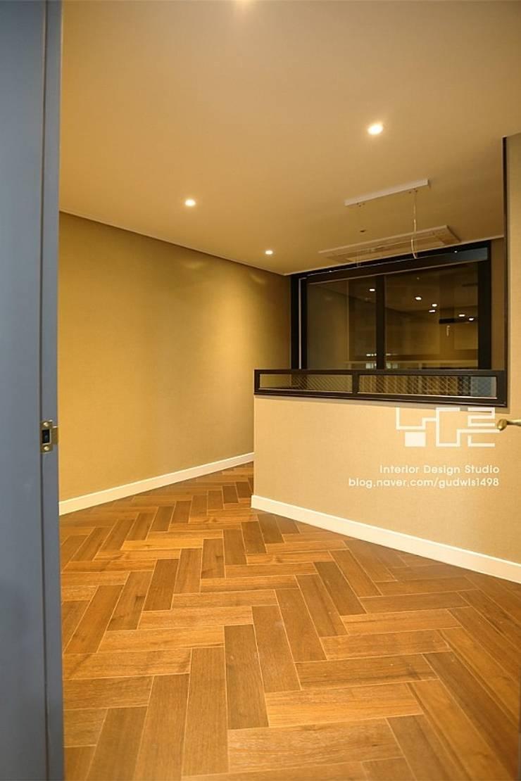 Salas multimedia de estilo moderno de 남다른디자인 Moderno