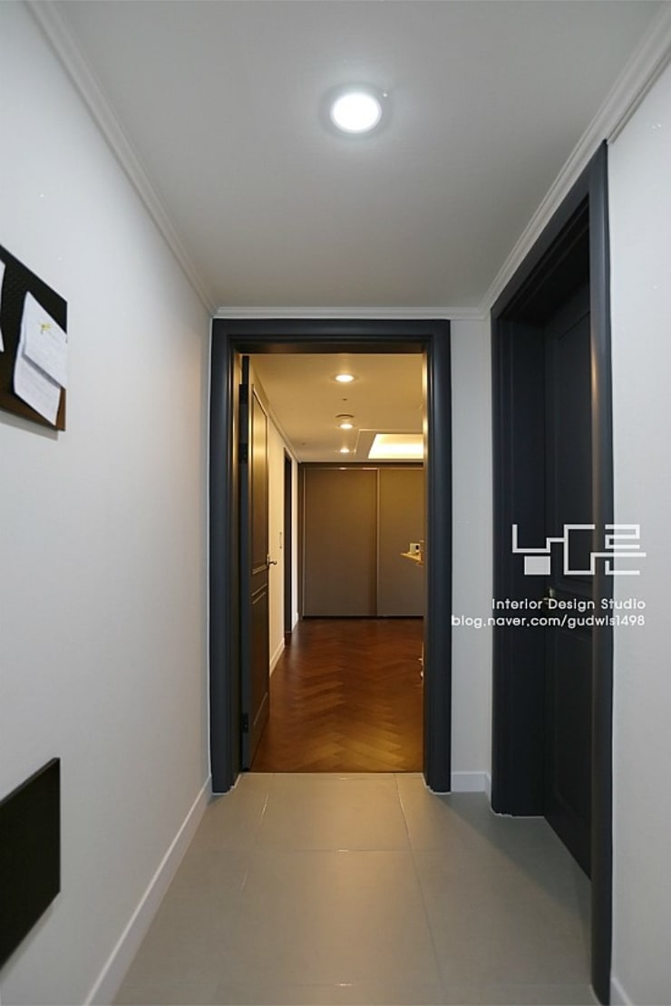 Pasillos, vestíbulos y escaleras modernos de 남다른디자인 Moderno