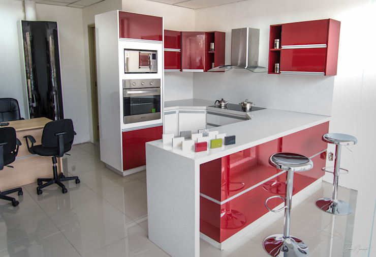 oficina de exhibicion: Cocinas equipadas de estilo  por isabella cocinas