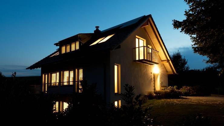 EINFAMILIENHAUS SEEHAM:  Häuser von ADLHART Architekten,Landhaus