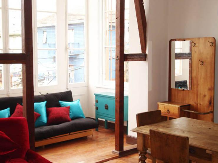 Loft Cerro Alegre: Livings de estilo  por Lau Arquitectos