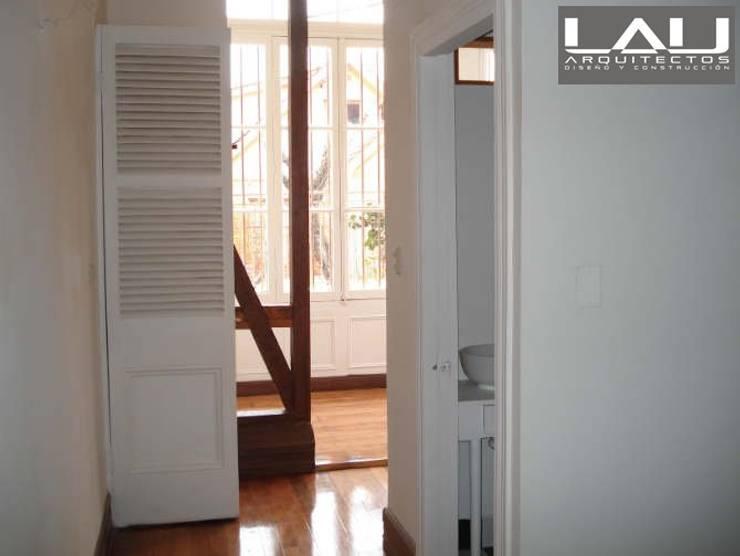 Loft Cerro Alegre: Pasillos y hall de entrada de estilo  por Lau Arquitectos