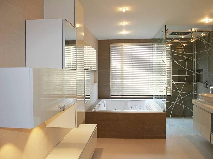 Apto Santa Bárbara Alta: Baños de estilo  por Spatia Construcción