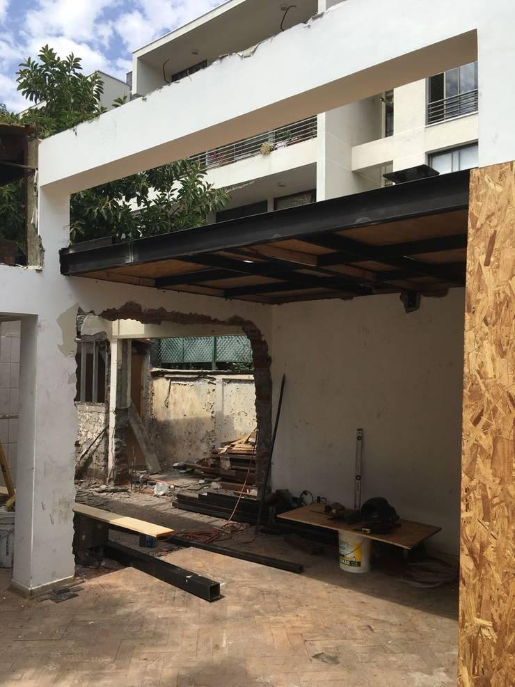 Proceso Constructivo:  de estilo  por Estudio Mínimo Arquitectura y Construcción Ltda.