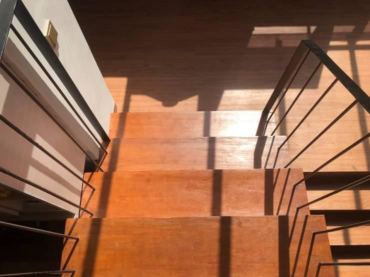 Yasmin House Renovation:  Tangga by SAE Studio (PT. Shiva Ardhyanesha Estetika)