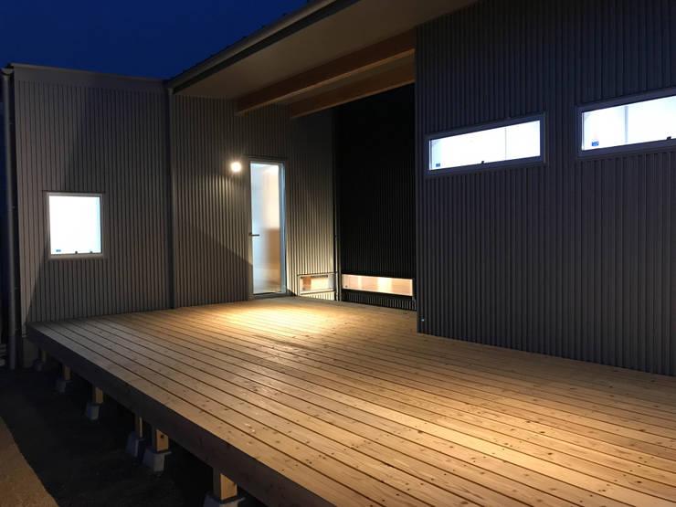 アウトドアリビングのウッドデッキ: KAWAZOE-ARCHITECTSが手掛けた家です。
