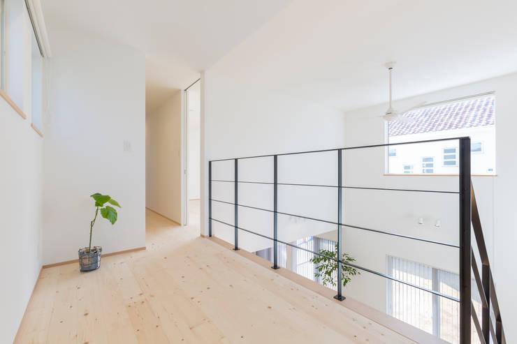 明るいリビングと大きな吹抜けのある家: KAWAZOE-ARCHITECTSが手掛けたフローリングです。