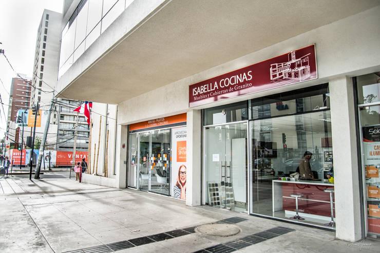 oficina de exhibicion: Cocinas de estilo  por isabella cocinas